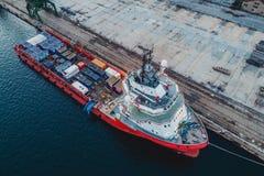Behållareskepp i export och importaffär och logistik Skepp fotografering för bildbyråer