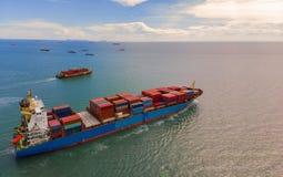 Behållareskepp i export och importaffär och logistik i th royaltyfri fotografi