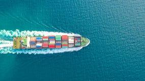 Behållareskepp i export- och importaffärslogistik och trans. Last- och behållareasksändnings som ska härbärgeras vid kranen arkivfoton