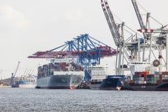 Behållareskepp i Hamburg, Tyskland, ledare Arkivbild