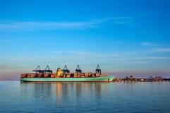 Behållareskepp i hamn av Gdansk, Polen Afton solnedgång, färgrik plats av det industriella landskapet Royaltyfria Foton