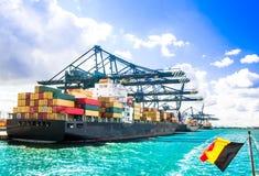 Behållareskepp i hamnen av Antwerp - Belgien Arkivfoto