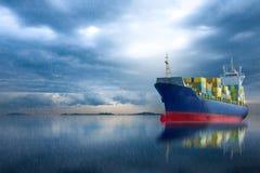 Behållareskepp i havet på stormhimmel Royaltyfri Fotografi