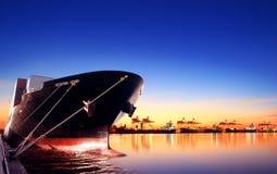 Behållareskepp i importen, exportport mot härlig morgon l fotografering för bildbyråer