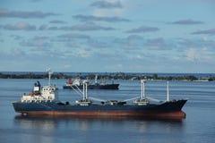 Behållareskepp i lagun Royaltyfri Bild