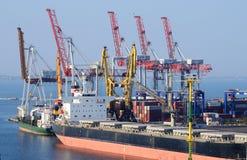 Behållareskepp i Odessa havsport, Ukraina Royaltyfri Bild
