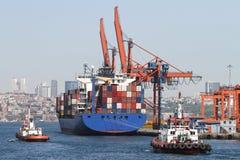 Behållareskepp i port Royaltyfria Bilder