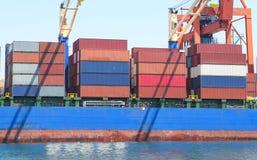 Behållareskepp i port Arkivfoton