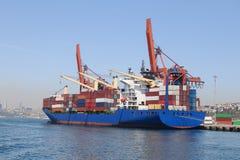 Behållareskepp i port Arkivbilder