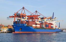 Behållareskepp i port Arkivfoto