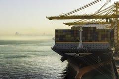 Behållareskepp i port av Dubai Arkivfoton