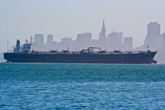 Behållareskepp och San Francisco horisont Royaltyfri Foto