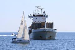 Behållareskepp och segelbåtar Royaltyfria Bilder