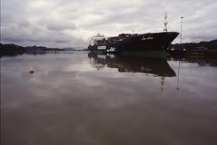 Behållareskepp på den Panama kanalen Royaltyfri Fotografi