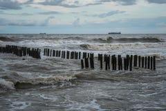 Behållareskepp på havet under en storm Arkivbild
