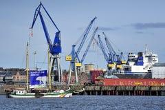 Behållareskepp på porten av Hamburg (hamburgaren Hafen), Tyskland Royaltyfri Foto