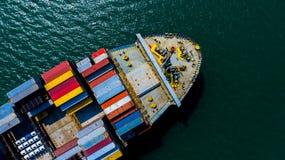 Behållareskepp som ankommer i port, behållareskepp som går till sändnings för export för import för affär för port för djupt hav  arkivbilder