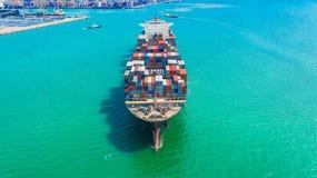 Behållareskepp som ankommer i port, behållareskepp som går till sändnings för export för import för affär för port för djupt hav  royaltyfri foto