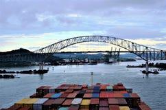 Behållareskepp som ankommer till Panama arkivbilder