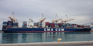 Behållareskepp som ankras i port Arkivfoton