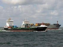 Behållareskepp som seglar in mot port Arkivbilder