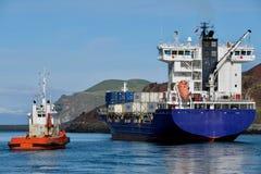 Behållareskeppet avgår Heimaey port i Westman öar Royaltyfri Fotografi