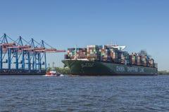 Behållareskeppet CSCL FÖRDÄRVAR på den Hamburg hamnen royaltyfria bilder
