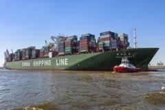 Behållareskeppet CSCL FÖRDÄRVAR på den Hamburg hamnen royaltyfri fotografi