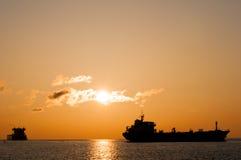 Behållareskyttlar på soluppgång Arkivbilder