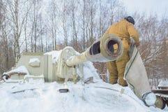 Behållaresoldater för behållare su-76 nära vapnet Arkivfoton