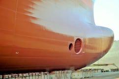 Beh?llareskepp i den torra skeppsdockan royaltyfri bild