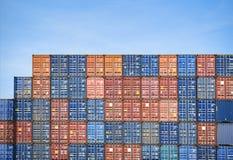 Beh?llareskepp i export och importaff?r och logistik i industriell internationell emballage- och vattentransport f?r hamn royaltyfri foto