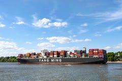 Beh?llareskepp Yang Ming p? floden Elbe i Hamburg, Tyskland royaltyfria bilder
