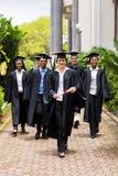 Behaalt het lopen ceremonie een diploma stock afbeeldingen