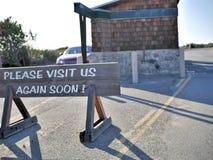Behaga besöker oss undertecknar igen visat till besökare som lämnar nationalparken för natursylten i Kalifornien arkivfoto