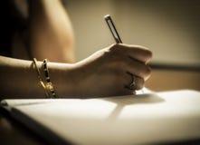 Behaga läser brevet arkivfoton