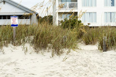 Behaga uppehället av dyntecken- och strandhus Royaltyfria Bilder