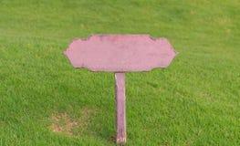 Behaga uppehället av gräsmattan, inget gå på gräsvarningstecken Fotografering för Bildbyråer