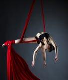 Behagfull akrobat som poserar, medan göra trick Royaltyfria Foton