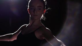 Behagfull ballerina för stående på svart bakgrund i studio Bärande ballerinakjol- och pointeskor för balettdansör långsam rörelse stock video