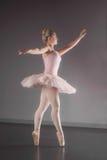 Behagfull ballerina som dansar en-pointe royaltyfri bild