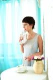 Behagfull flicka i en pastellfärgad inre Royaltyfri Bild