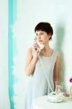 Behagfull flicka i en pastellfärgad inre Royaltyfri Fotografi