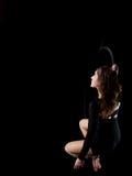 Behagfull flyg- dansarekvinna på svart arkivbilder