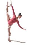 Behagfull gymnast som gör lodlinjesplittringar med repet Royaltyfri Bild