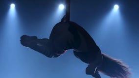 Behagfull gymnast som utför flyg- övning med rött silke på blå ljus bakgrund l?ngsam r?relse closeup 335 lager videofilmer
