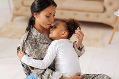 Behagfull kvinna och hennes gulligt barn som delar deras förälskelse Royaltyfria Bilder