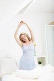 Behagfull kvinna som sträcker i morgonen Arkivfoto