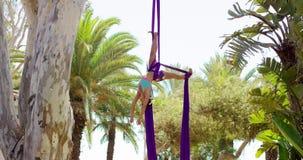 Behagfull kvinnlig akrobatisk dansare lager videofilmer
