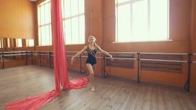 Behagfull ung ballerina som gör en genomkörare i en studio lager videofilmer
